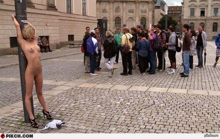 голая привязана к столбу на площади фото барта