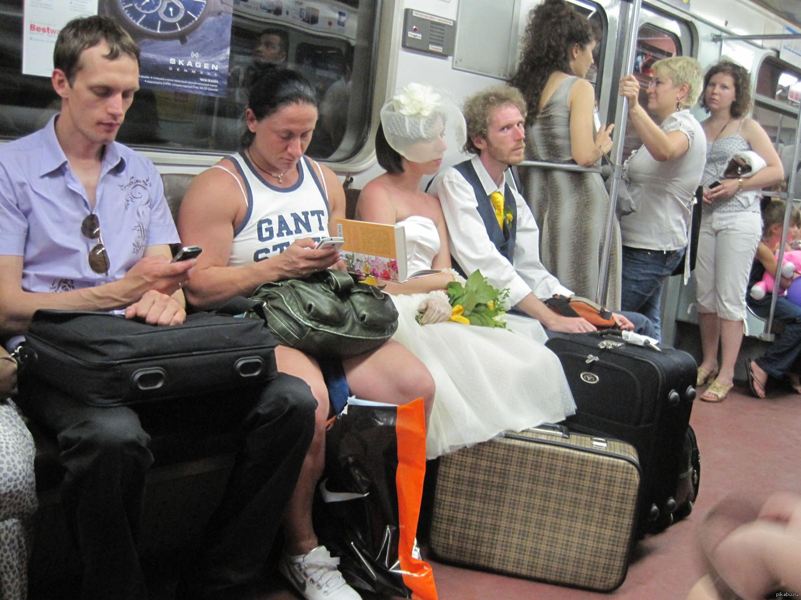 Прикольные фото в метро москвы пропускайте других