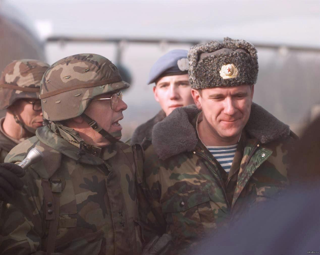 Русский офицер сост член у солдата