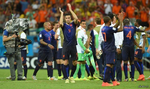 Выиграл футбол испания голландия