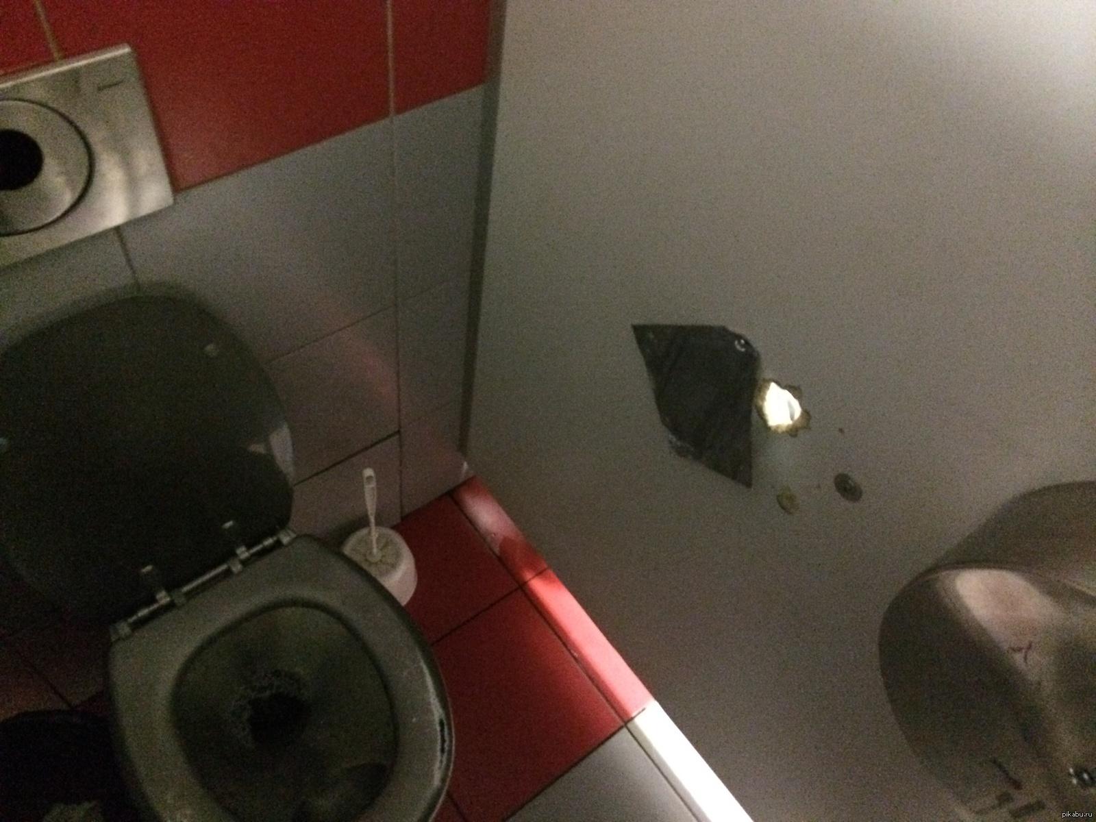 Секс геев в туалете на вокзале