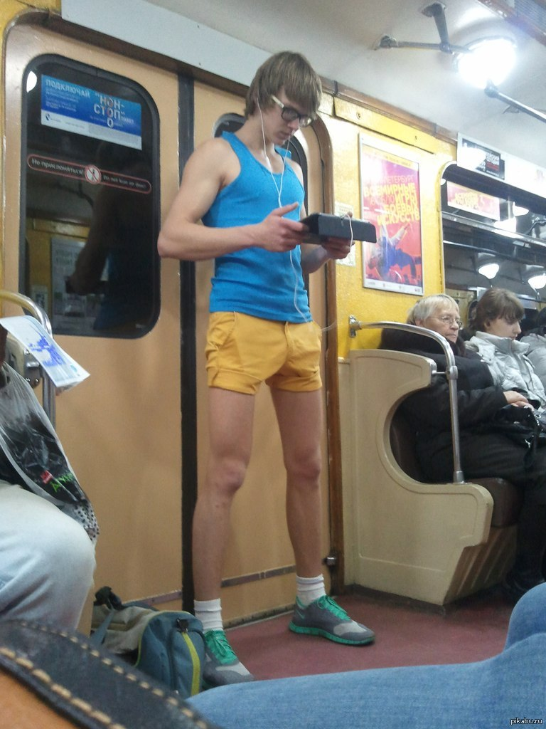 Стояк у парней в метро
