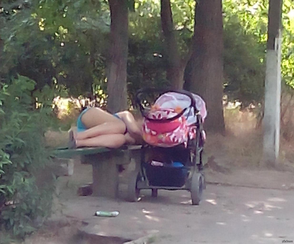 Мама уснула с членом в жопе
