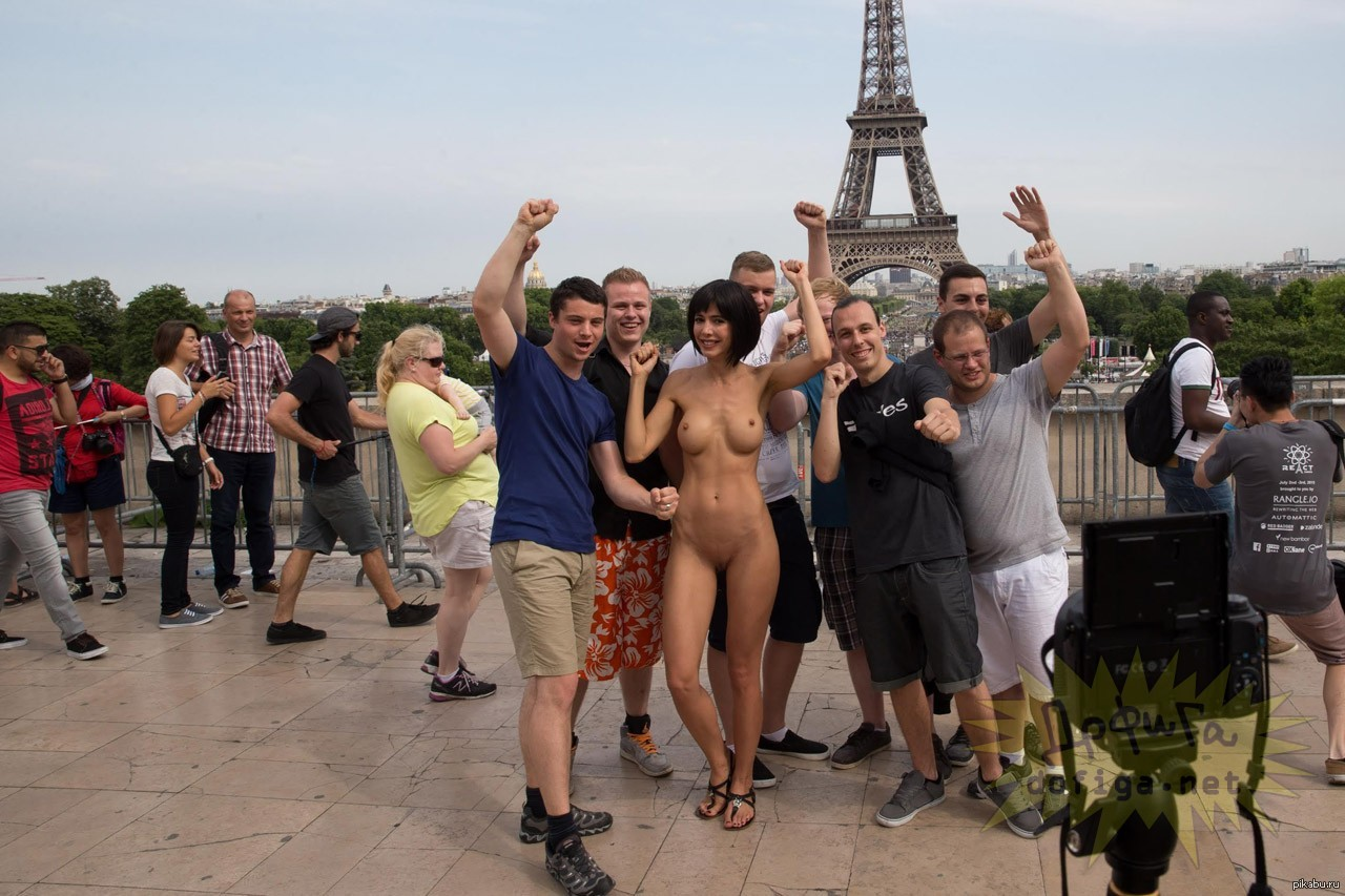 Naked women from paris