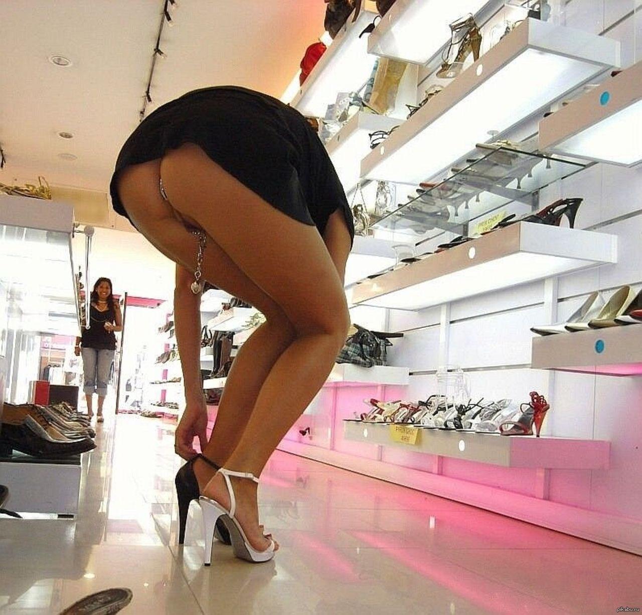 Почему девушки любят ходить без трусов