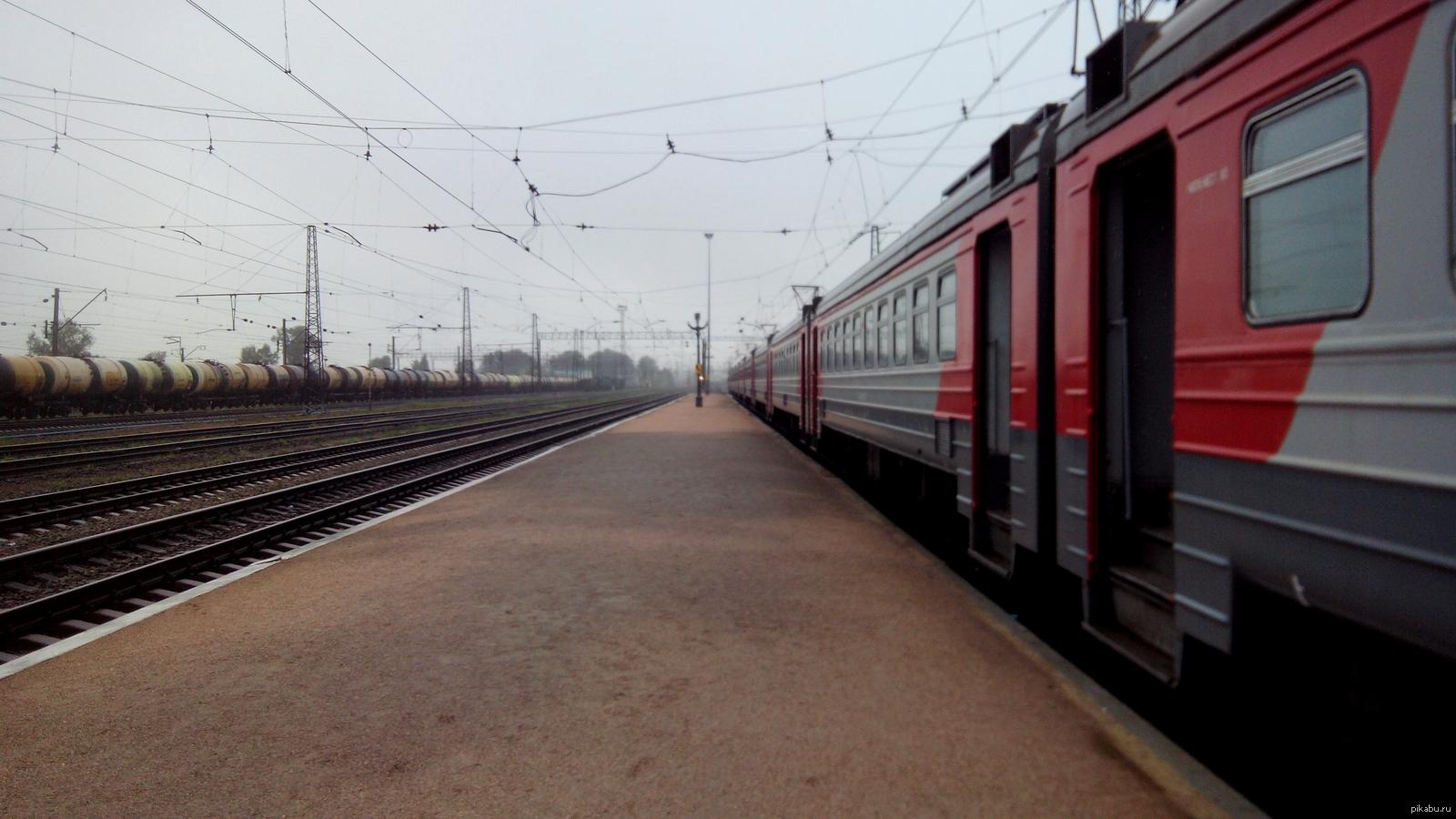 картинка перрон и поезда