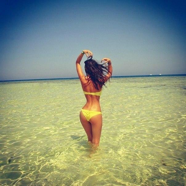 фото на море девушка со спины